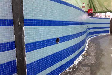 Mosaiklegung blaue Längsstreifen